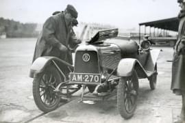 Założyciel Astona Martina Lionel Martin na wyścigu Brooklands w 1922.