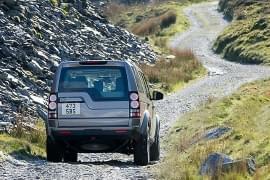 Land Rover Defender na wzniesieniu