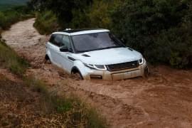 Range Rover Evoque w rzece