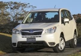 Biały Subaru Forester – widok z przodu