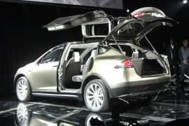 Tesla Model X z otwartymi tylnymi drzwiami