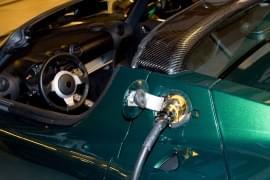 Tesla Roadster z kablem do ładowania